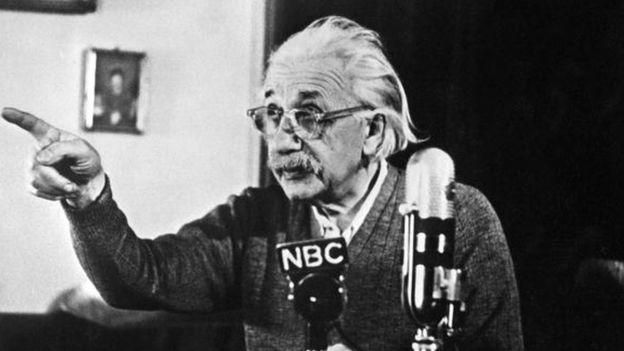 Einstein, aquí en una imagen de 1950 en Princeton, escribió las notas poco después de ser galardonado con el Nobel de Física. GETTY IMAGES