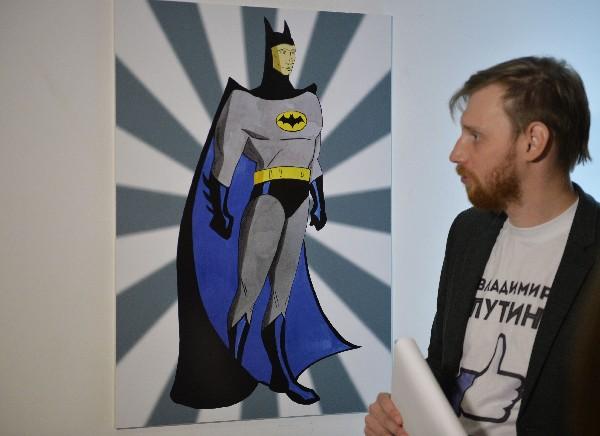"""Una obra de arte que representa a Vladimir Putin como Batman en la exposición """"Putin Universo""""."""