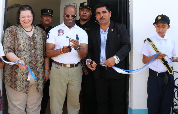El embajador de EE. UU., Todd Robinson, inaugura la sede del Centro de Atención Integral. (Foto Prensa Libre: Rigoberto Escobar)