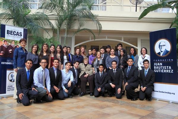"""<p>Isabel Gutiérrez de Bosch, presidenta de la Fundación Juan Bautista Gutiérrez, junto a los jóvenes becarios (Foto Prensa Libre: Edwin Bercian) <br _mce_bogus=""""1""""></p>"""