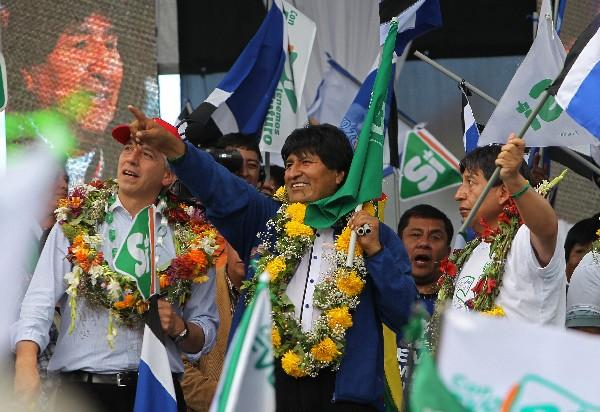 Evo Morales (c) junto Álvaro García Linera (i), participan en el cierre de campaña.