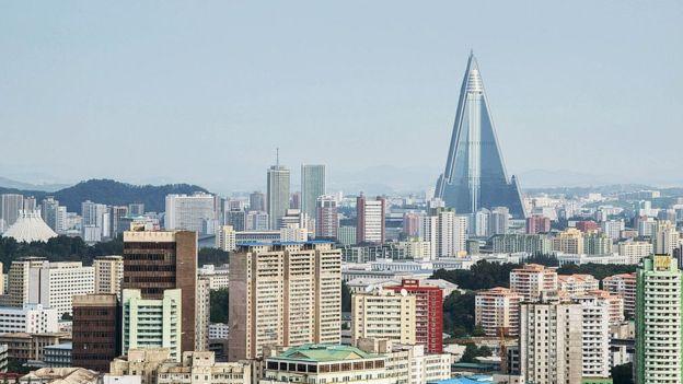 El Hotel Ryugyong sigue dominando los cielos de Pyongyang. GETTY IMAGES