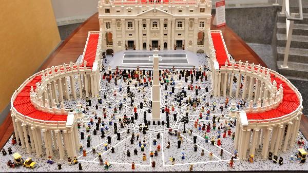 El párroco de la iglesia en Filadelfia,construtyó la Plaza y la Basílica de San Pedro con más de 500 mil piezas de lego.