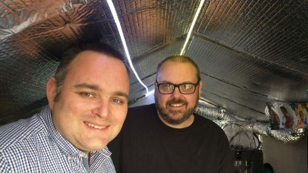 Stephen Davies (derecha) y Drew Murray en el cobertizo donde hacen las prótesis.
