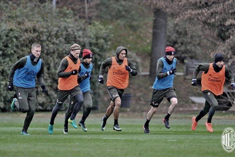 Los jugadores del Milan aún entrenaron este martes antes de partir a Doha. (Foto Prensa Libre: Twitter Milan)