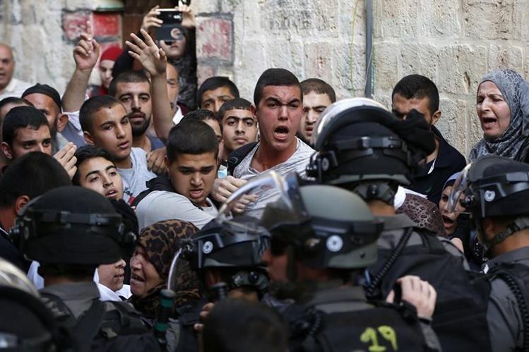 Palestinos y guardias israelíes se enfrentan en la Explanada de las Mezquitas, lugar santo musulmán que es objeto de disputas. (AFP)