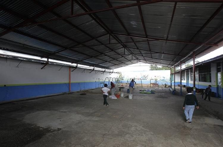La cancha de baloncesto quedó bajo techo. (Foto Prensa Libre: Paulo Raquec)