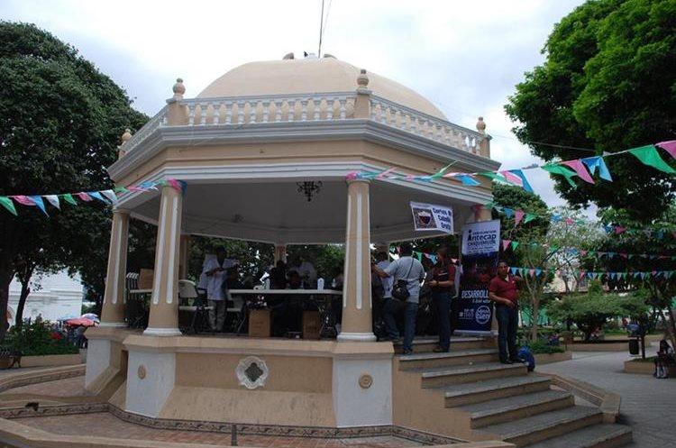 Veinte militares retirados que se convirtieron en barberos, brindan cortes gratuitos en el parque central de Chiquimula.