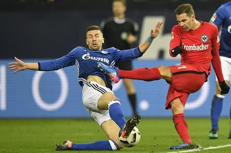 Matija Nastasic defensor del Frankfurt intenta detener a Branimir Hrgota.(Foto Prensa Libre: AFP)
