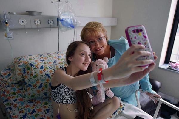 Valentina Maureira se toma una fotografía con la presidenta chilena, Michelle Bachelet, en el hospital.