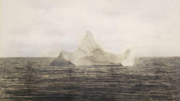 La foto del supuesto iceberg que hundió al Titanic. El capitán sabía que navegaba por una zona con témpanos de hielo. HENRY ALDRIDGE & SON/PA
