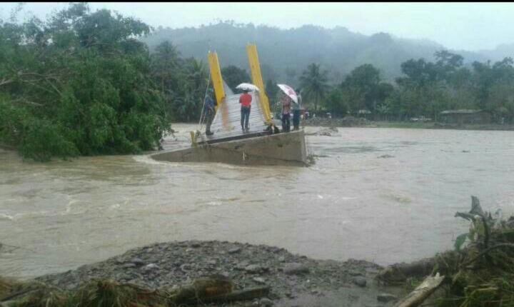 El puente Champas en Puerto Barrios, Izabal, colapsó por el desborde del río. (Foto Prensa Libre: Dony Stewart)