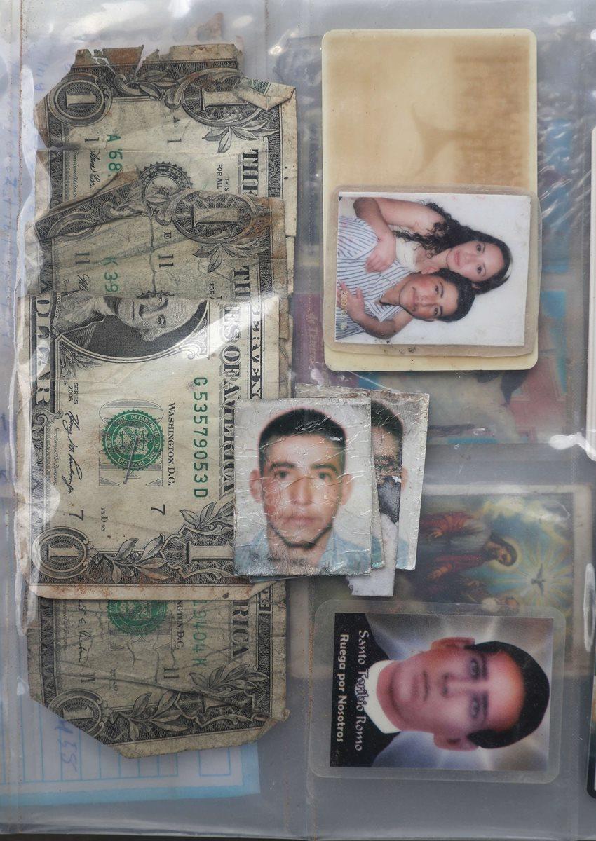 Dinero y fotografías es lo que más se suele hallar dentro de las pertenencias de los indocumentados. (Foto Prensa Libre: AFP).