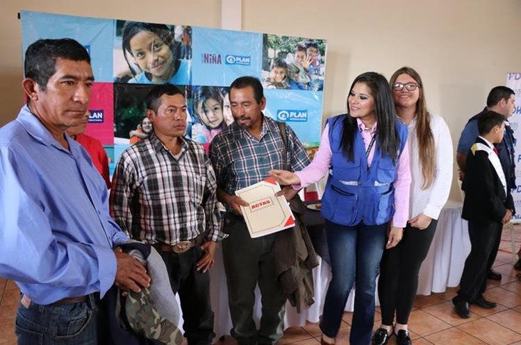 Representantes de una red comunitaria recibe libro de actas para sus registros. (Foto Prensa Libre: Hugo Oliva).