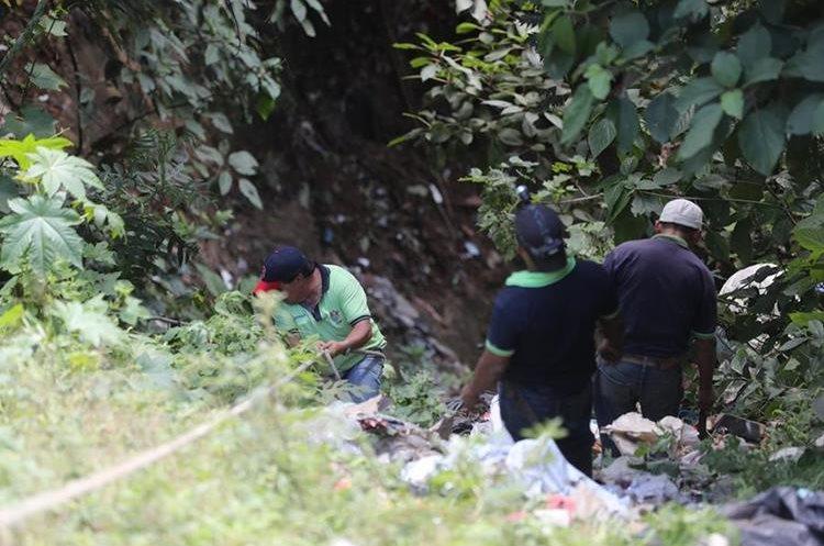 Colaboradores de la Municipalidad de Guatemala bajan al barranco para verificar el estad de los taludes. (Foto Prensa Libre: Erick Ávila)