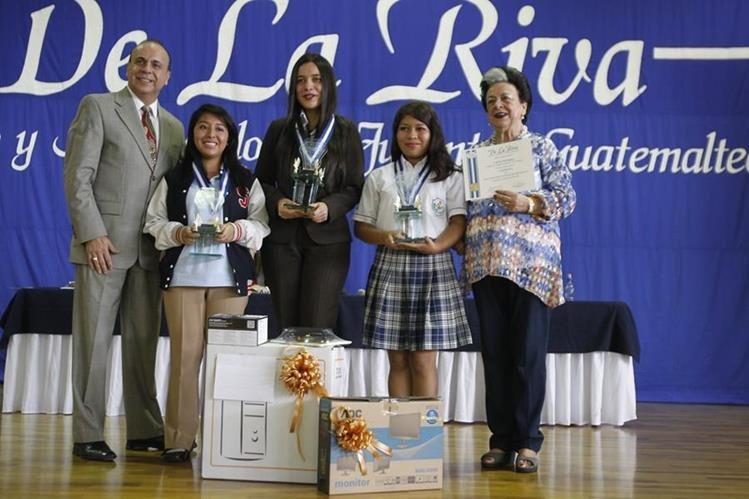 Representantes de Industrias de La Riva junto a las tres ganadoras de la categoría de alumnos. (Foto Prensa Libre: Paulo Raquec)