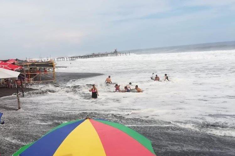 Las olas en las playas del Pacífico llegan hasta los dos metros, por lo que se sugiere a los visitantes de las playas tomar sus precauciones. (Foto Prensa Libre: Cortesía IGSS)