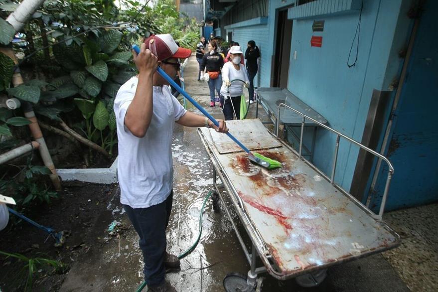 Algunas de las camillas que se utilizan para atender a los pacientes son limpiadas durante la jornada. (Foto Prensa Libre: Álvaro Interiano).