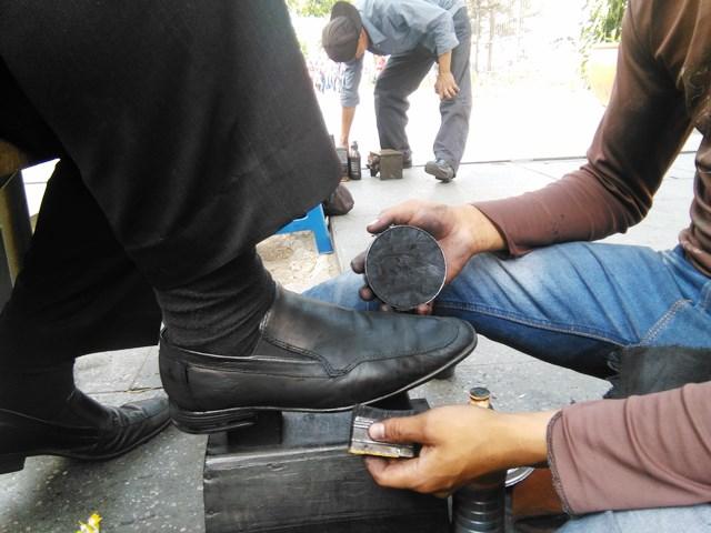 Juan Choc, el niño lustrador del parque Enrique Gómez Carillo, mejor conocido como Concordia. (Foto Prensa Libre: Oscar Felipe Quisque)