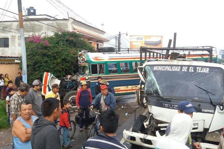Los heridos fueron trasladados por socorristas al Hospital Nacional de Chimaltenango y al Instituto Guatemalteco de Seguridad Social. (Foto Prensa Libre: Víctor Chamalé)