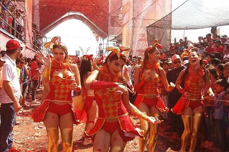 Modelos participaron del desfile y bailaron diferentes estilos musicales, en este caso las bailarinas se mueven al ritmo de la samba.