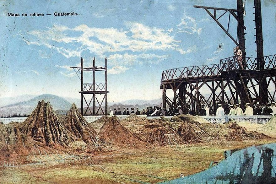 Foto coloreada tomada en los primeros años del mapa en relieve, aparece el mirador original realizado en madera. (Foto: Hemeroteca PL)