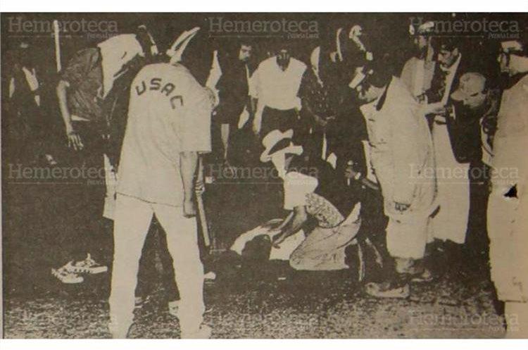 Cadáver del estudiante  de la USAC Julio Rigoberto Cuc Kin, quien fue muerto por elementos de las fuerzas Hunapú  cuando elaboraban las carrozas para el desfile bufo, 10/04/1992. (Foto: Hemeroteca PL)