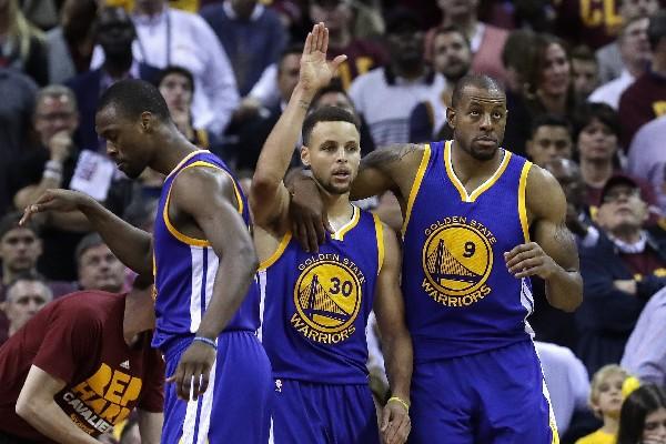 Stephen Curry y Andre Iguodala, de Golden State, celebran el tercer triunfo de la serie final contra Cleveland. (Foto Prensa Libre: AFP)