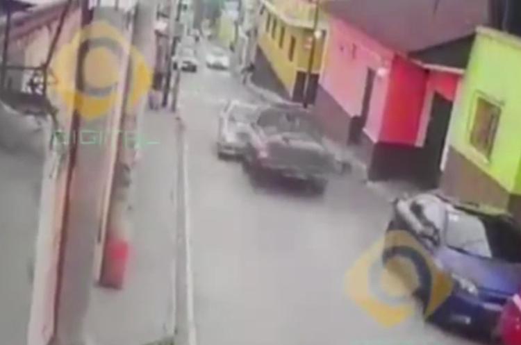 Graban choque entre picop y automóvil. (Foto Prensa Libre).