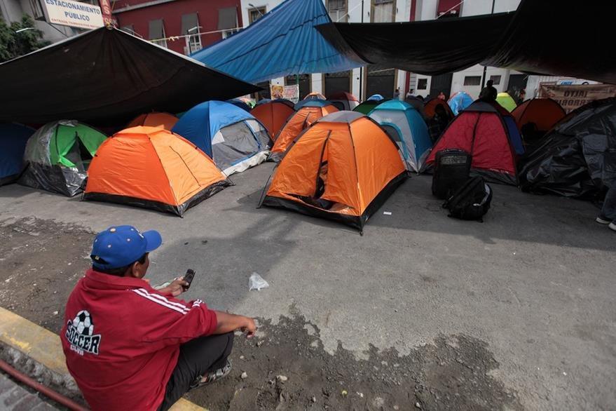 Vista del campamento indefinido que mantienen maestros de la Coordinadora Nacional de los Trabajadores de la Educación en Ciudad de México. (Foto Prensa Libre: EFE).