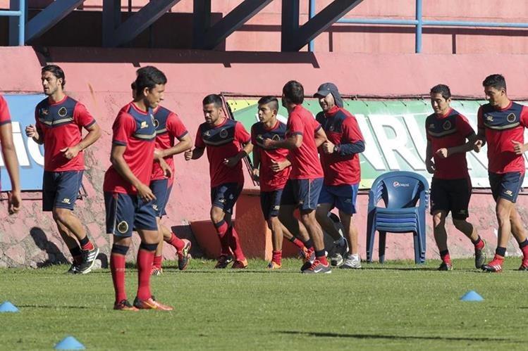 Los rojos se entrenaron en El Trébol de cara al juego contra Carchá. (Foto Prensa Libre: Norvin Mendoza)