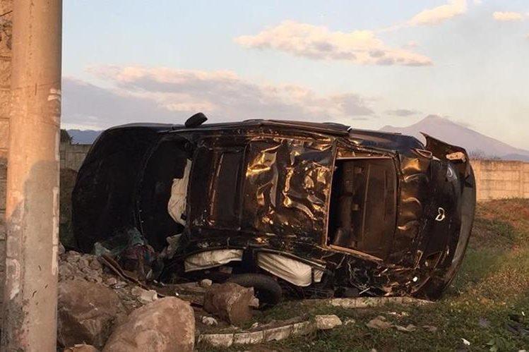 Automotor accidentado en el km 69 de la ruta a Puerto Quetzal, Escuintla. (Foto Prensa Libre: Enrique Paredes).