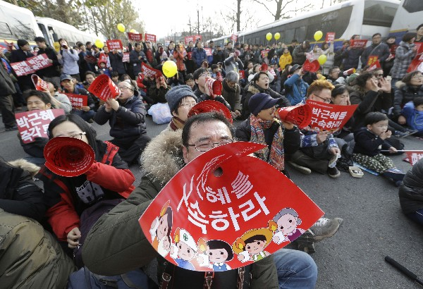 Manifestantes gritan consignas contra la presidenta Park Geun-hye.(AP).