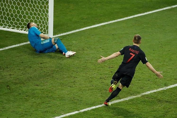 Rakitic fue, una vez más, el último en anotar en la tanda de penaltis y acertó. Croacia jugará las semifinales de la Copa del Mundo. (Foto Prensa Libre: AFP)