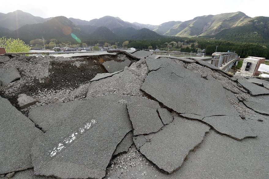 Una carretera colapsada en Japón por el enjambre sísmico que azotó al país desde el jueves último. (Foto Prensa Libre: AFP).