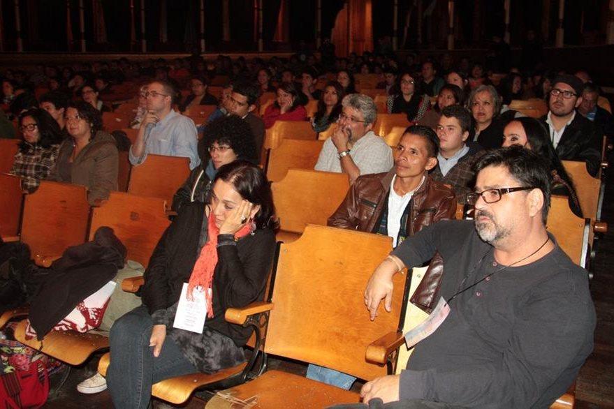 El público estuvo atento a la participación de cada uno de los poetas. (Foto Prensa Libre: Carlos Ventura).