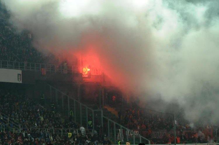 Los jugadores observan el comportamiento de los aficonados albaneses. (Foto Prensa Libre: AFP)