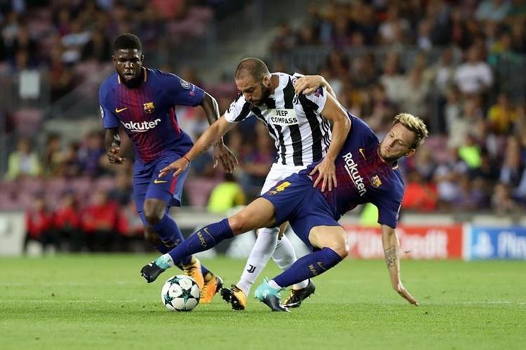 Gonzalo Higuaín no tuvo los espacios para tratar de hacerle daño al Barcelona. (Foto Prensa Libre: AFP)