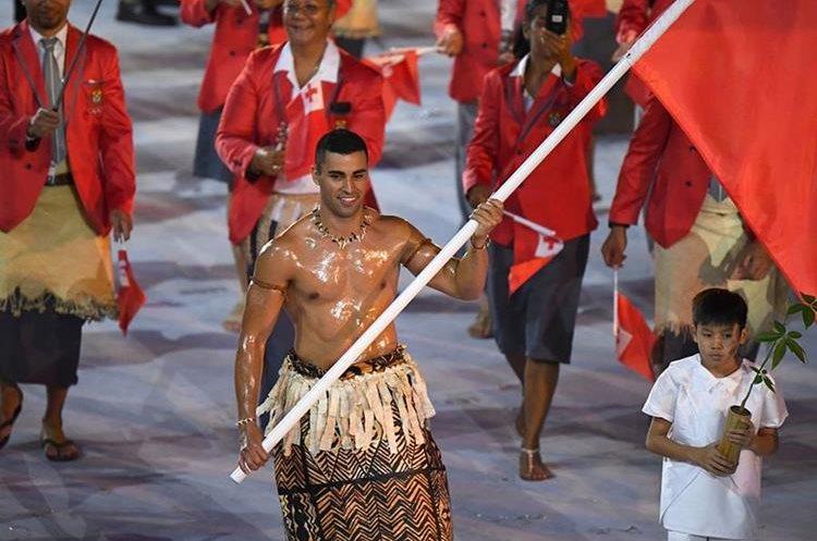 Pita Taufatofua durante el desfile de inauguración de los Olímpicos de Río 2016, donde participó en taekwondo. (Foto Prensa Libre: AFP).