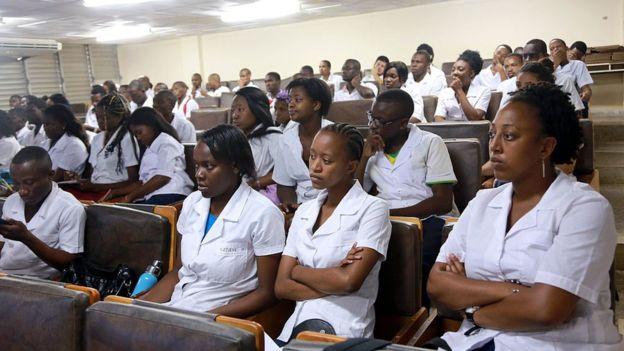 También se pone fin al Programa para Profesionales Médicos Cubanos, que otorgaba permiso para permanecer en EE.UU. a los profesionales sanitarios de la isla en misiones en el exterior. (GETTY IMAGES).