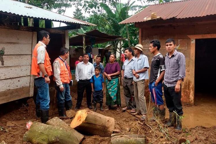 Personal de la Conred, durante la evaluación de daños en una de las comunidades en riesgo por las lluvias. (Foto Prensa Libre: Whitmer Barrera)