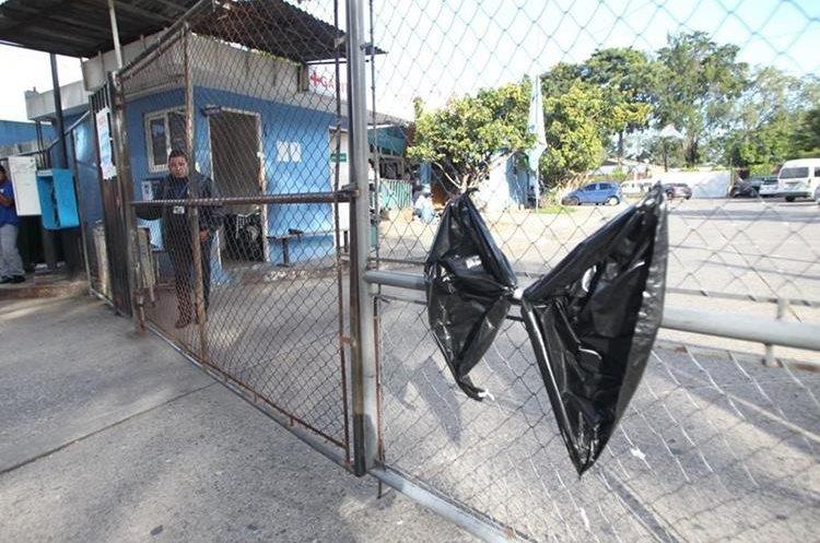 Moñas negras recuerdan el ataque de la semana pasada en la que fallecieron siete personas.
