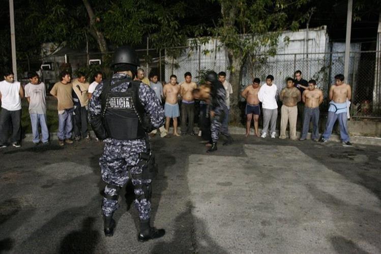 Militares y policías, durante un operativo contra pandillas en El Salvador. (Foto Prensa Libre: Hemeroteca PL).