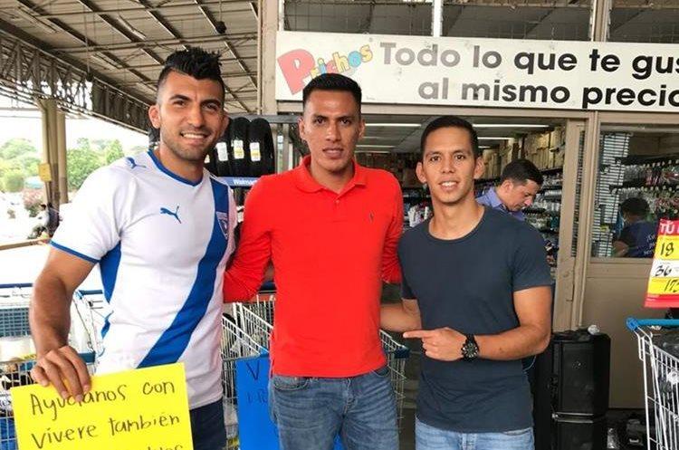 El nuevo delantero de Municipal, Gerson Tinoco (al centro), también estuvo en el centro de acopio junto a Noriega. A la derecha aparece Juan Lemus, también del Deportivo Mixco. (Foto Prensa Libre: Cortesía Cristian Noriega)