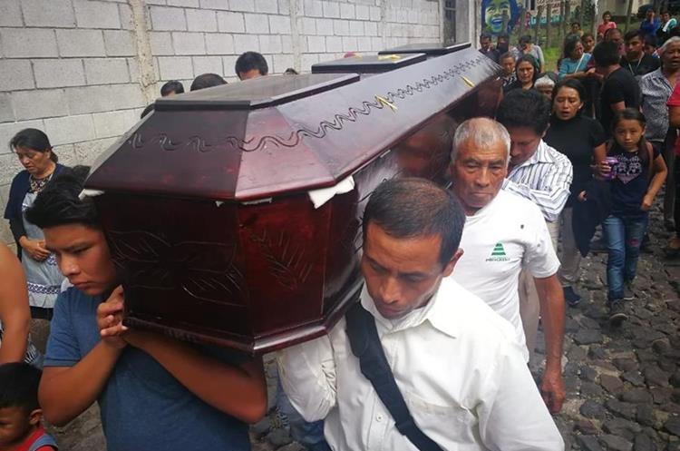 Familiares de Concepción Hernández cargan sus restos hacia el cementerio de San Pedro Las Huertas, Antigua Guatemala. (Foto Prensa Libre: Estuardo Paredes)