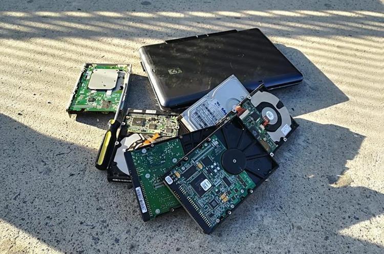 La computadora y los otros objetos que el detenido llevaba en la mochila que la Policía le decomisó. (Foto Prensa Libre:  Fred Rivera)