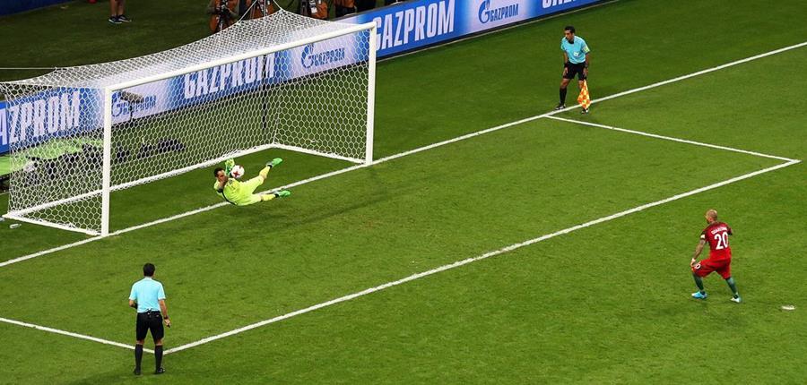 El portero chileno Claudio Bravo le detiene el penalti a Ricardo Quaresma de Portugal. (Foto Prensa Libre: AFP)