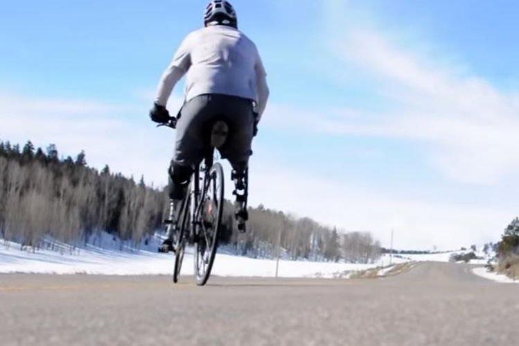 El veterano estadounidense ama manejar bicicleta por el mundo. (Foto Prensa Libre: YouTube / Ivan Kander)