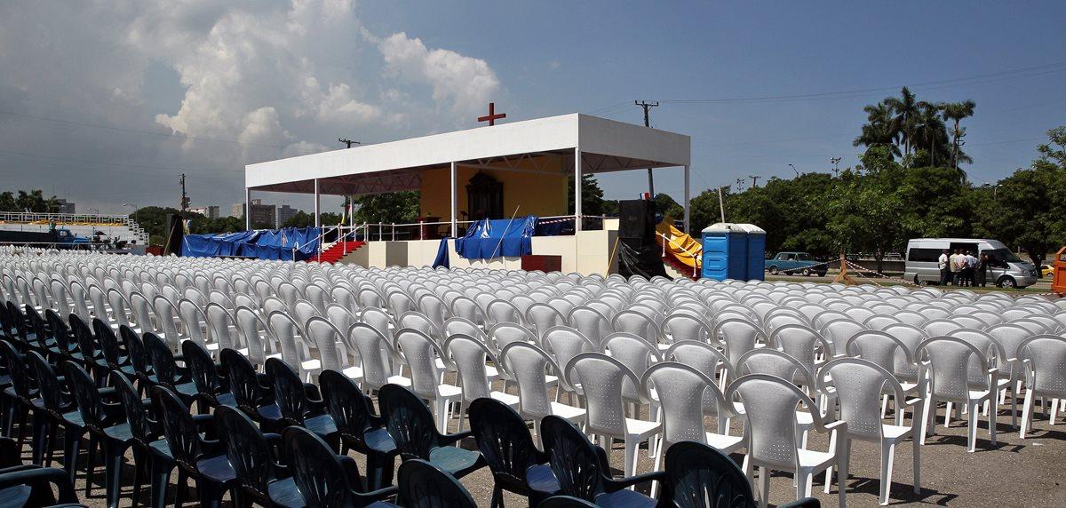 Vista de las sillas y el altar montado en la Plaza de la Revolución de La Habana (Cuba), donde el próximo 20 de septiembre oficiará misa el Papa Francisco. (Foto Prensa Libre: EFE).