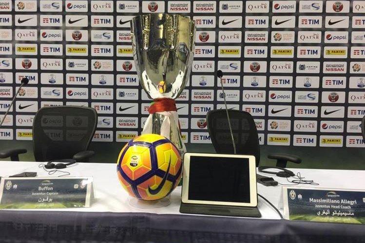 Este es el trofeo de la Copa de Italia que se entregará en la final al ganador entre la Juventus de Turín y el AC Milán en Doha, Catar. (Foto Prensa Libre: Juventus)